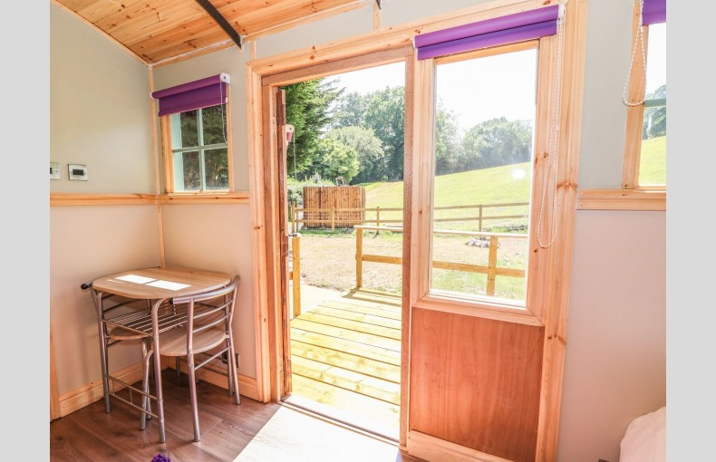 Govilon Railway Carriage - Image 6