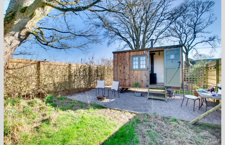 Manor House Shepherd's Hut - Image 1