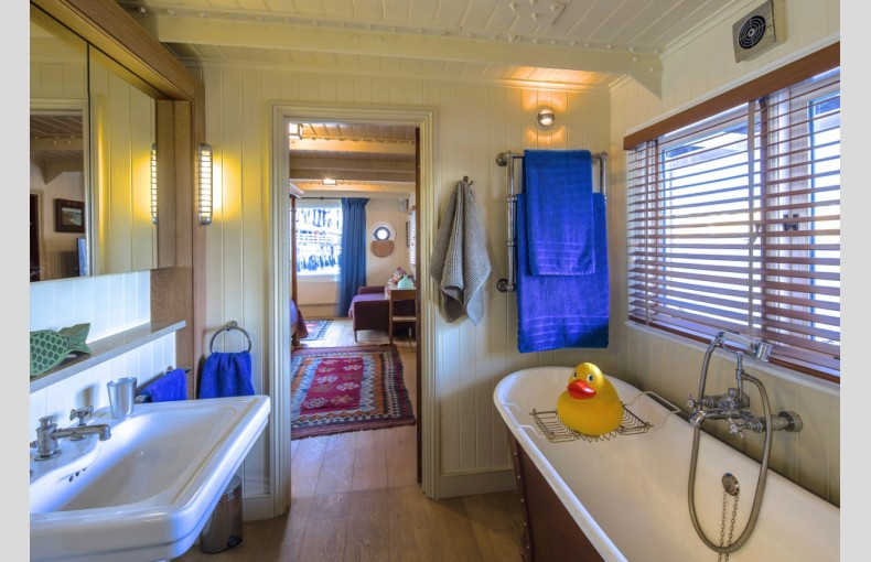 The Harpy Houseboat - Image 12