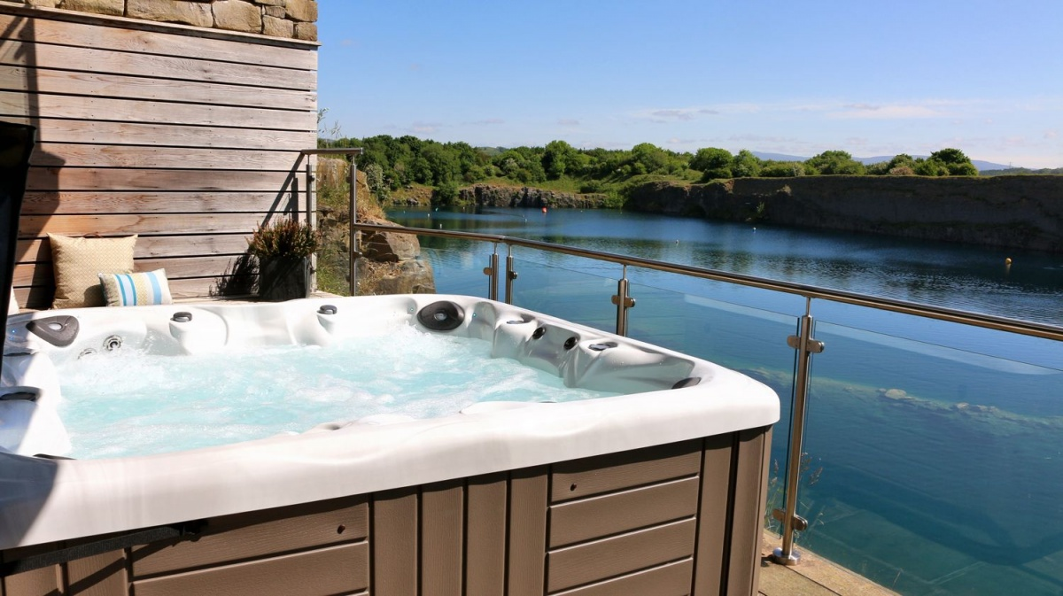 Jackdaw-Quarry-Lodge-hottub.jpg
