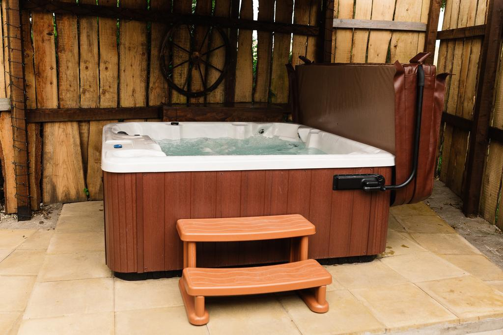 pinewood-park-hot-tub-cabin.jpg